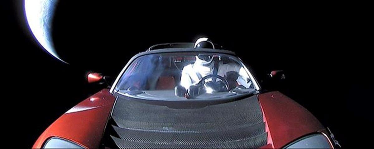Foto do carro Tesla no espaço com o Starman segundo Elon Musk