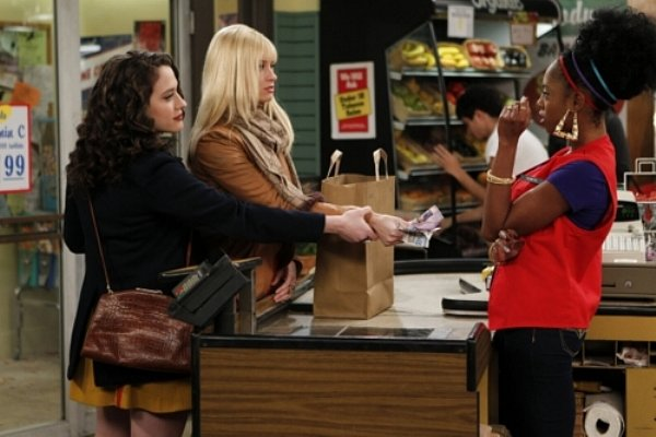 2 Broke Girls - Max forces Caroline to hand grocery clerk coupons at checkout