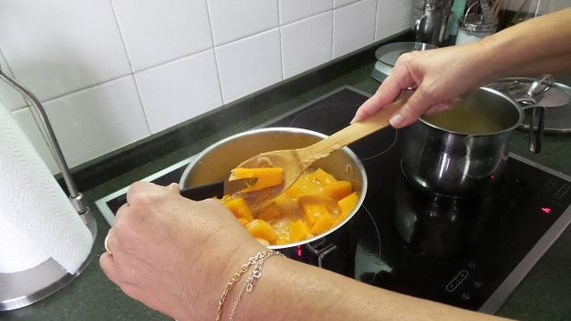Pinchando la calabaza para comprobar que está blanda