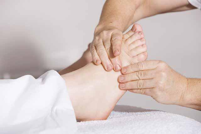 لماذا تحدث القدم المسطحة؟ما هي العلاجات المتوفرة