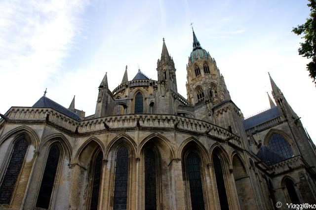 Vista dell'imponente Cattedrale di Bayeaux
