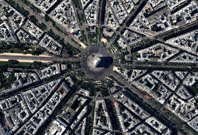 Khải hoàn môn là điểm hội tụ của 12 con đường, trong đó có Champs-Elysees, đại lộ chính của thủ đô nước Pháp. Hoạt động giao thông xung quanh Khải hoàn môn hỗn loạn vì không có đèn tín hiệu giao thông. Giao lộ khiến nhiều người liên tưởng tới những con đường đông đúc của các quốc gia Đông Nam Á.