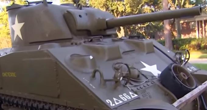 Милионер паркира танк Sherman M4A4 от Втората световна война пред дома си /ВИДЕО/