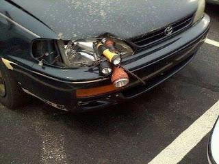 reparando faro del auto con linternas