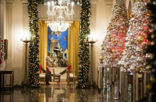 Photos white house unveils the obamas final christmas - Pictures of homes decorated for christmas on the inside ...