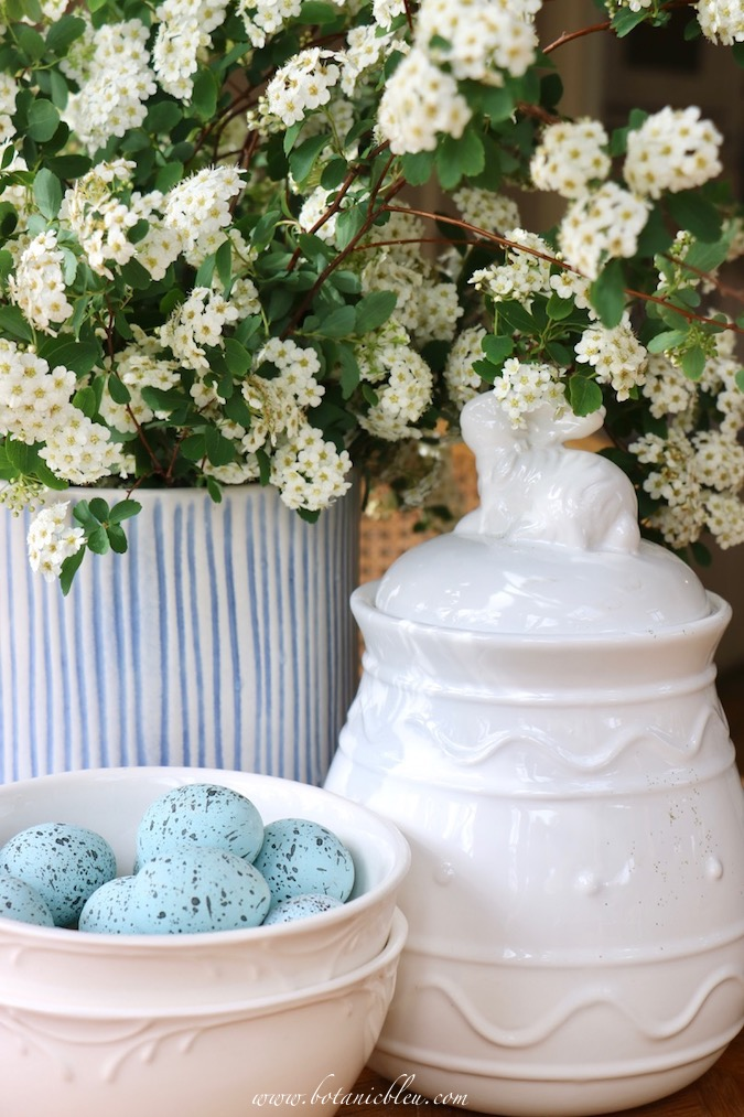 A cookie jar in the shape of an Easter egg is a fast and easy way to decorate a table for Easter