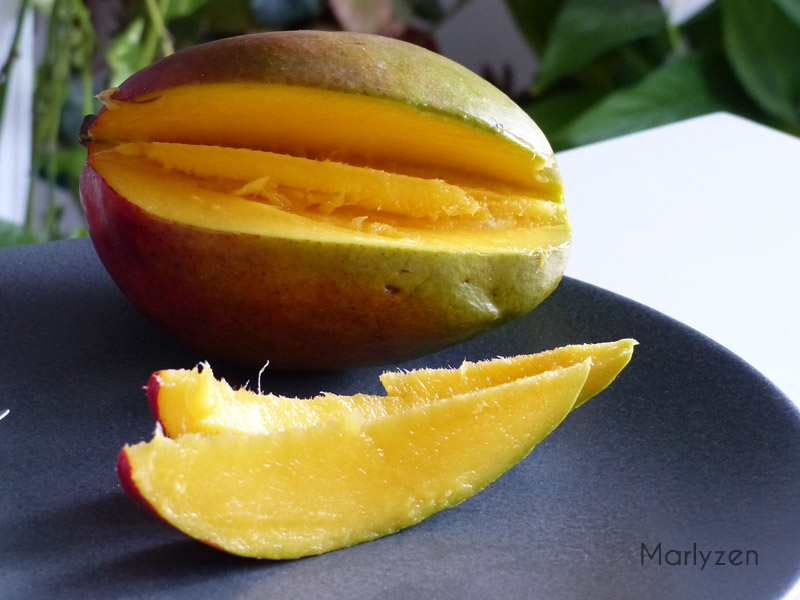 Coupez la mangue en morceaux.