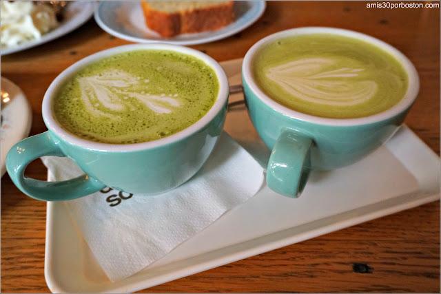 Matcha Latte de la Cafetería De Koffieschenkerij en Amsterdam