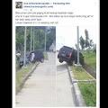 """Netizen Heboh Dengan Mobil """"Plat Merah"""" Nyungsep di Parit"""