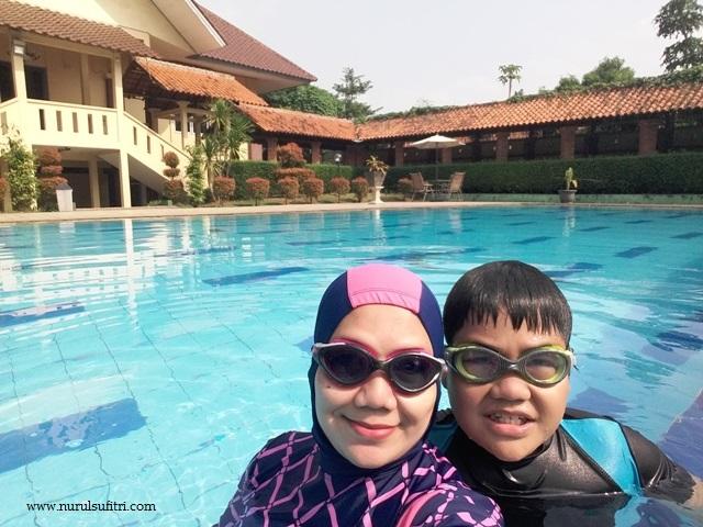 berenang berdua si bungsu fakhri kolam renang wisma makara ui universitas indonesia depok nurul sufitri mom lifestyle blogger