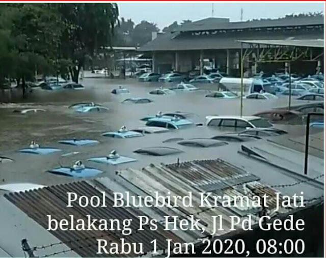 Banjir Setinggi 1 Meter, Seperti Ini Pemandangan Pool Taxi Bluebird di Kramatjati Terendam Banjir