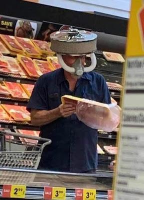 Lustige Gesichtsmaske eines Automechanikers beim Einkaufen