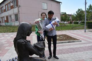 Молодая семья выписывается из роддома с сыном