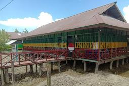Satgas Pamrahwan Yonif 756/WMS Renovasi Bangunan Sekolah TK di Asmat