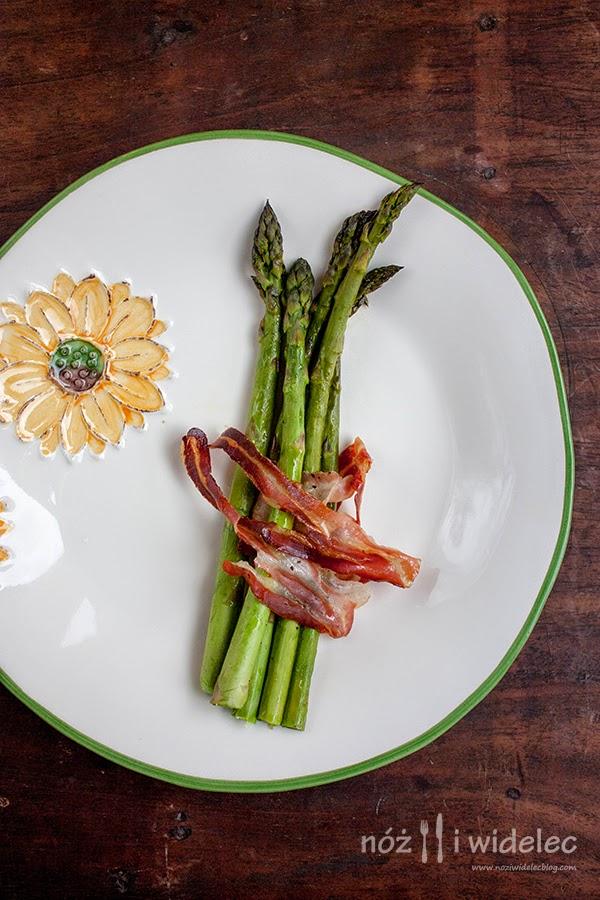 zielone szparagi, pancetta