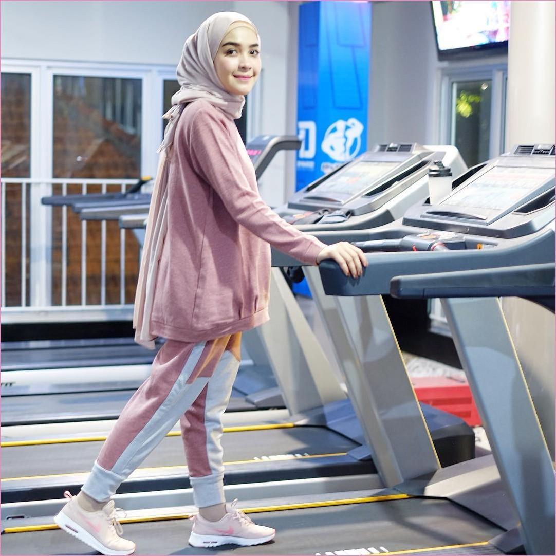 Outfit Baju Hijab Casual Untuk Olahraga Ala Selebgram 2018 treadmill hitam sweater jaket pink salem muda sneakers kets sepatu olahraga jogger bahan pink muda pashmina polos pink pastel kaos kaki tv gaya casual kain katun rayon ootd outfit jogging 2018 ciput rajut krem jendela