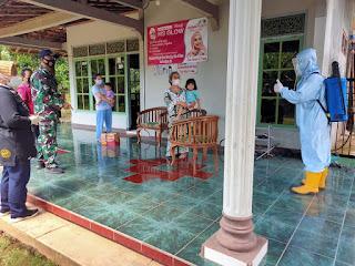 Babinsa Bersama Tim Satgas Covid-19 Semprot Cairan Disinfektan di Rumah Warga Yang Terpapar Covid-19