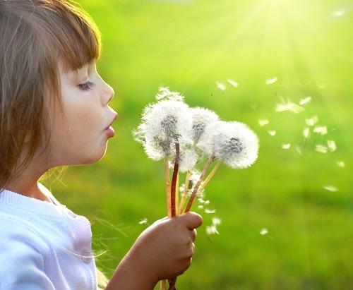 Il a été vérifié scientifiquement que le positivisme et les bonnes émotions, comme le bonheur, la joie, le rire libèrent des hormones responsables du renforcement de notre système immunitaire.