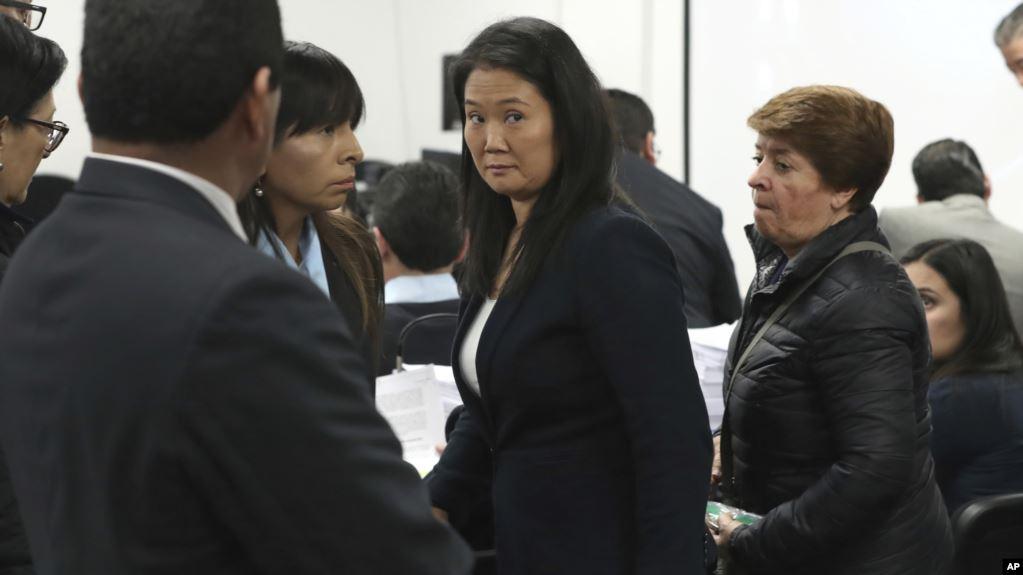ARCHIVO - Keiko Fujimori, la hija del expresidente de Perú, Alberto Fujimori, y líder del partido de oposición, centro, asiste a una audiencia en la que los fiscales solicitan 36 meses de detención preventiva por el presunto delito de lavado de dinero / AP
