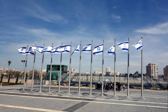 Les 12 drapeaux d'Israël sur le parvis de la Knesset à Jérusalemn
