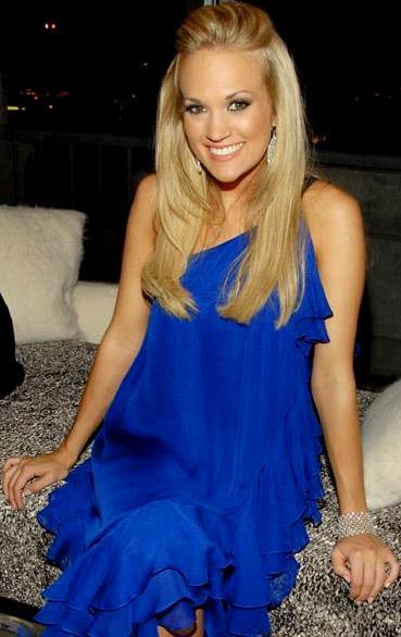 Foto de Carrie Underwood posando sentada