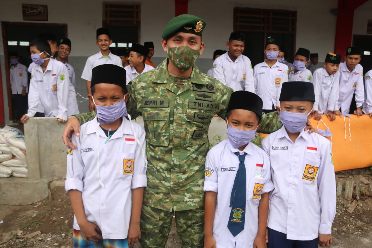 Prajurit Yonif MR 411 Kostrad Sambangi Pesantren Al Mas'udiyyah Blater di Bandungan, Ada Apa?