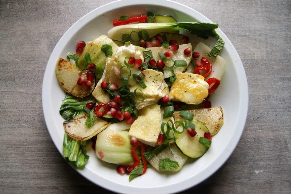 Sałatka na ciepło z camembertem i warzywami