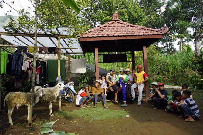 Masyarakat Desa Menari Tanon sedang berkumpul di halaman rumah warga
