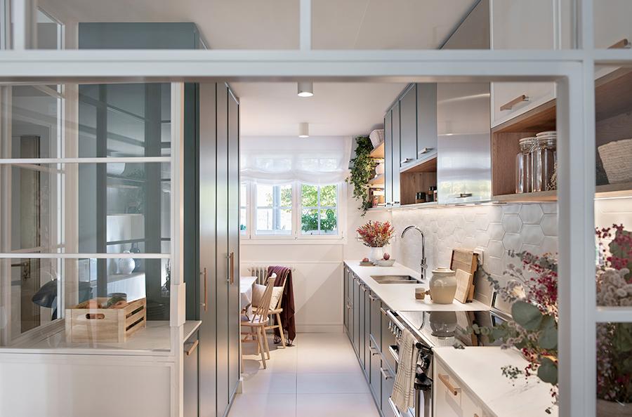 Cocina blanca y verde con office
