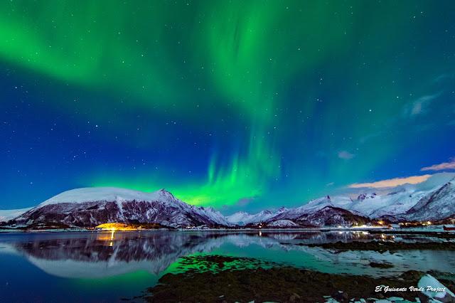 Lofoten, aurora boreal sobre el fiordo, por El Guisante Verde Project