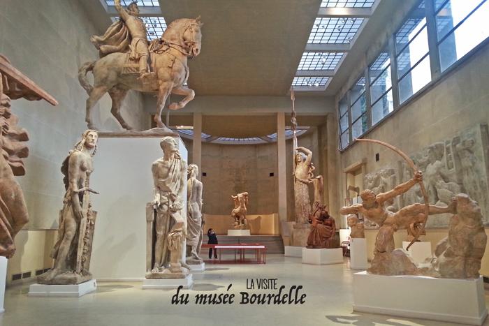 vue d'ensemble du grand hall du musée Bourdelle de Paris. On aperçoit une partie du monument  au Général Alvéar, Héraklès archer. Toutes les sculptures sont en plâtre.
