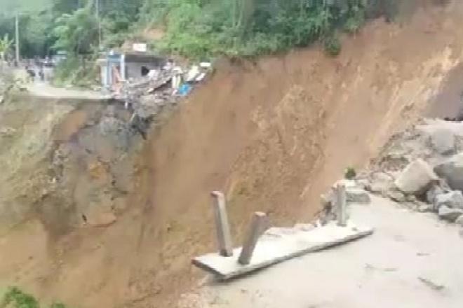 Akbiat Tanah Longsor, Akses Jalan  Palopo-Toraja Terputus