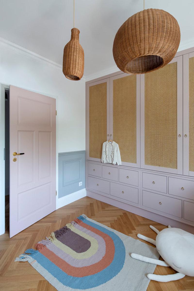 Dormitorio infantil con armario a medida y paredes con zócalos de escayola en otro color.