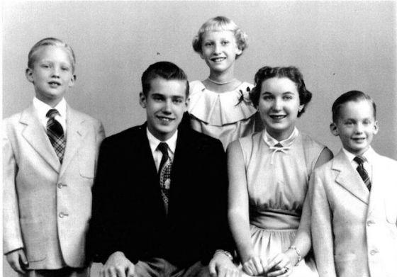 Дональд Трамп (крайний слева) с братьями и сестрами