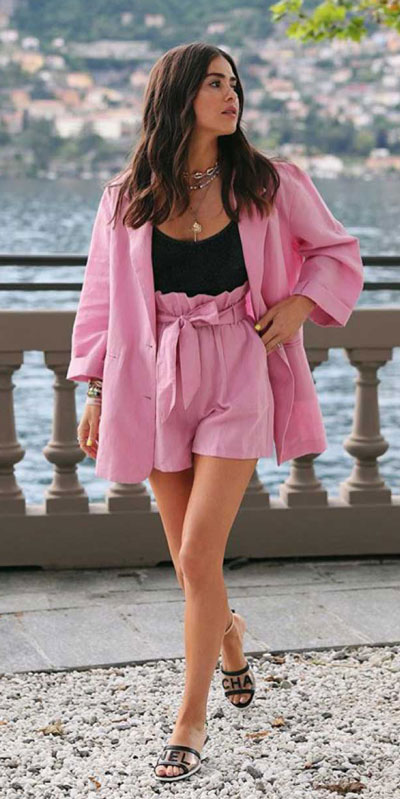 23 Picture-Perfect Vacation Outfits for best Summer Break. Summer Outfit Ideas via higiggle.com - blazer, skirt - #summeroutfits #vacation #beachoutfits #blazer