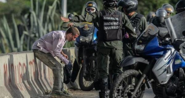 """¡VIOLACIONES, GOLPIZAS Y TORTURAS! """"Gritaba y lloraba… tenía tanto miedo que me oriné"""": detenidos en protestas en Venezuela"""