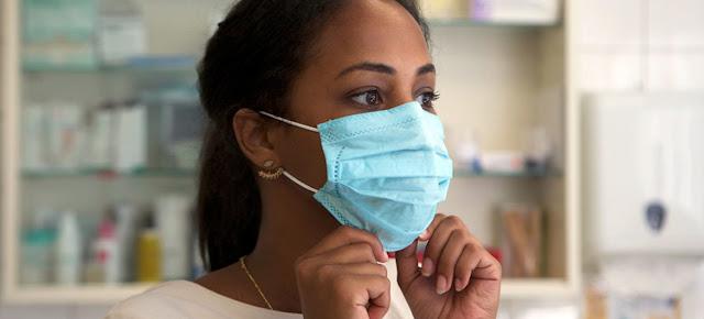 Para usar la mascarilla correctamente, la Organización Mundial de la Salud dice que hay que tirar de la parte inferior para que cubra la boca y la barbilla.OMS/Elena Longarini
