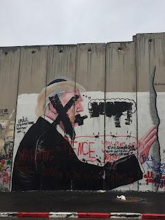 Dibujo de medio cuerpo de Trump y la cara tachada como protesta