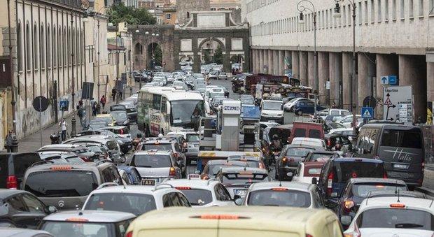 In cinque anni meno mezzi pubblici e più auto in strada, questo lo studio