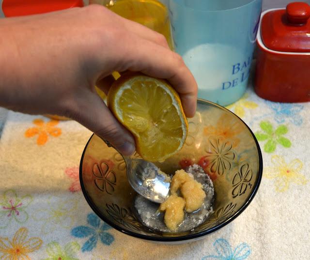 Wycisnąć sok z połówki cytryny.