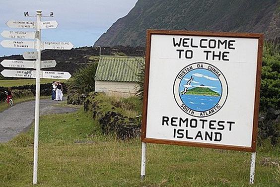 Placa em Tristão da Cunha apresenta a localidade como a ilha mais isolada do mundo