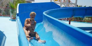 Yolanda y Joel disfrutando del Aquashow Park.