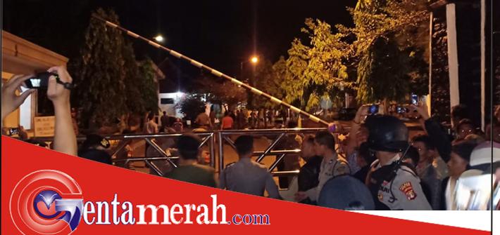 Dikabarkan di OTT, Rumdin Bupati Lampung Utara Diserbu Ratusan Warga