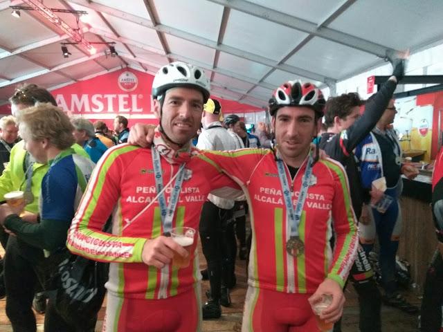 En la carpa de llegada disfrutando de una cerveza Amstel Gold Race