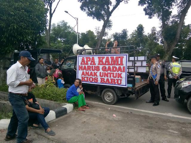 "Pelantikan Ketua DPRD Diwarnai dengan Aksi Demo Puluhan Pedagang dengan tulisan ""APA KAMI HARUS GADAI ANAK UNTUK KIOS BARU"""