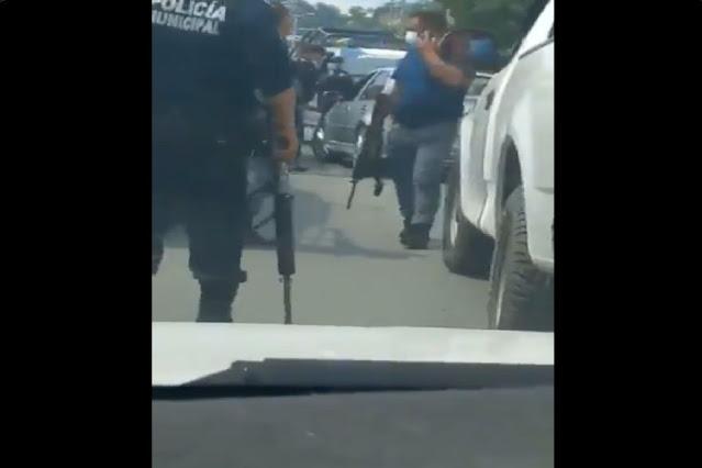 Video: Policías abaten a un sujeto que momentos antes había matado a machetazos a su vecino, se dio a la fuga, lo detiene y agredió a los policías
