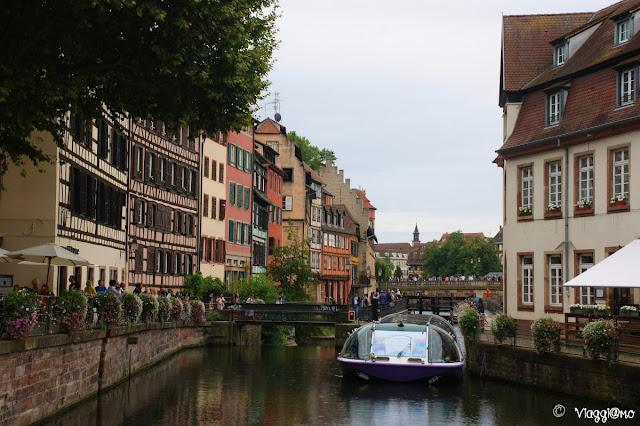 Canali e ponti fioriti della Petit France di Strasburgo