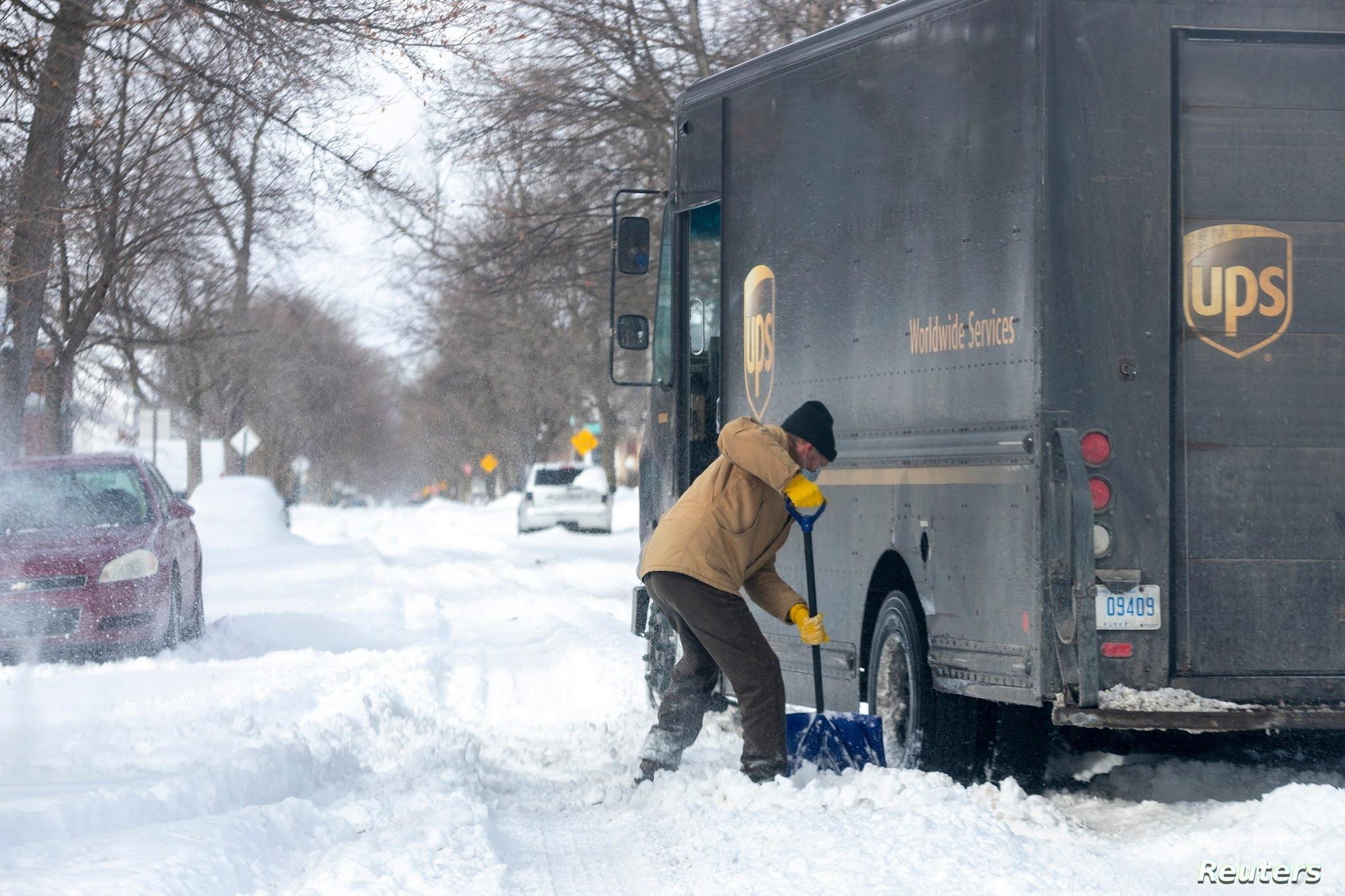 Mike Charnesky, que trabaja de forma remota, ayuda a un camión de reparto de UPS que está atascado en Detroit, Michigan, Estados Unidos, 16 de febrero de 2021 / REUTERS