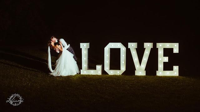 Napis Love, Ślub polsko brytyjski, ślub polsko szkocki, wesele w Krakowie, ślub w Krakowie, ślub w plenerze, miejsce na ślub i wesele Kraków, Organizacja ślubu Kraków, Ślub międzynarodowy,