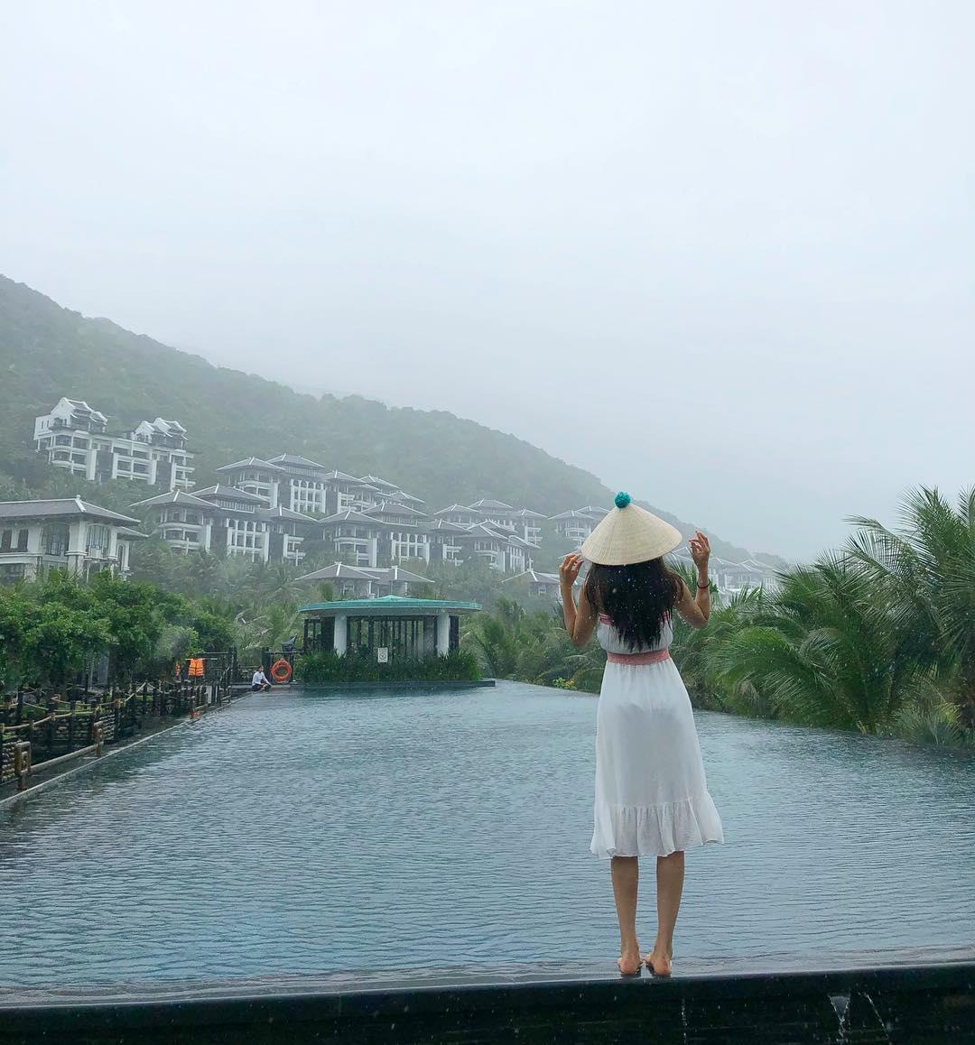 U.Ji (EXID, BESTie) thích thú chụp ảnh với áo dài, nón lá khi đến Việt Nam